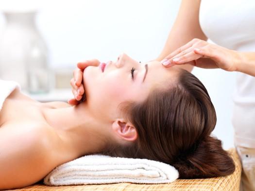 Masowanie skóry głowy ma wpływ na stan włosów
