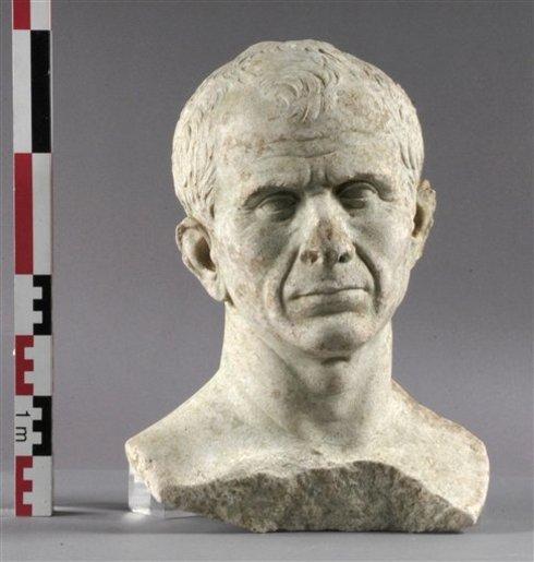 Wyłowione z Rodanu popiersie Juliusza Cezara źródło:AP Photo/Culture Ministry, C. Chary/HO